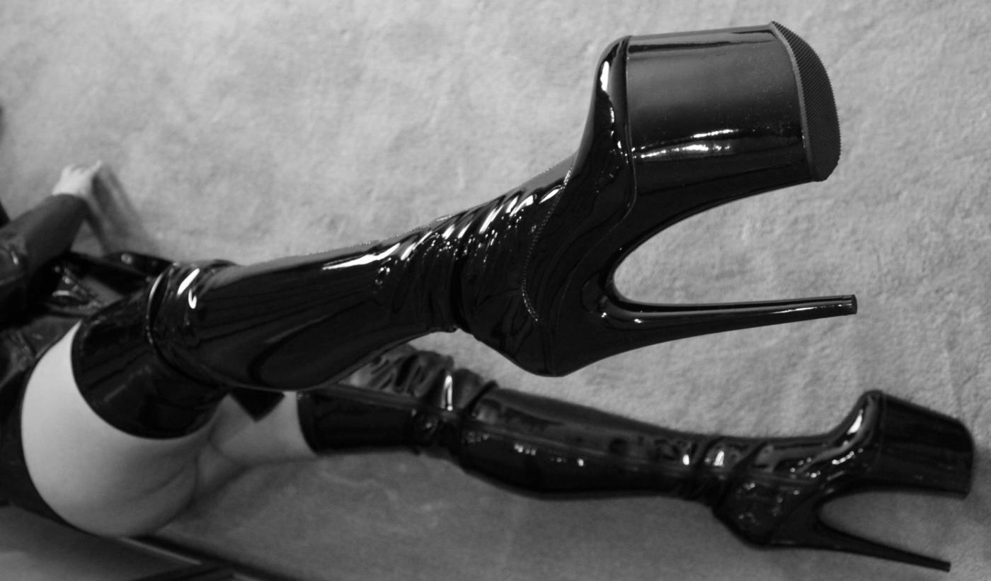 Nikita boots 1200x800 blackwhite - Voted! Heerenveen